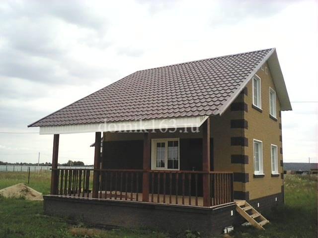 Дом с навесом над террасой